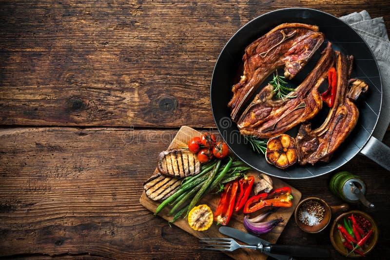 Grillat lammkött med grönsaker på gallerpannan royaltyfria foton