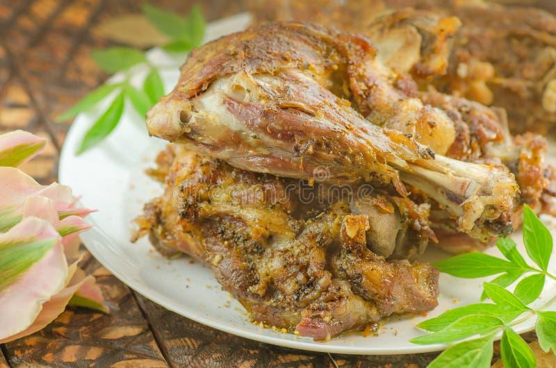 Grillat lammkött med grönsaker på träbakgrund royaltyfria bilder