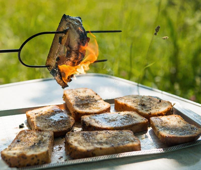 Grillat nytt bacon och bröd royaltyfria bilder