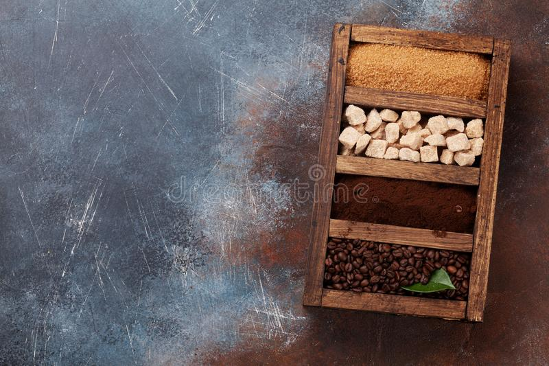 Grillat och malt kaffe, farin royaltyfri fotografi
