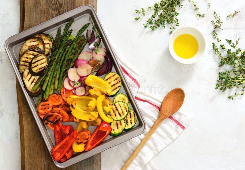 Grillat på gallergrönsaker, sikt från över arkivfoto