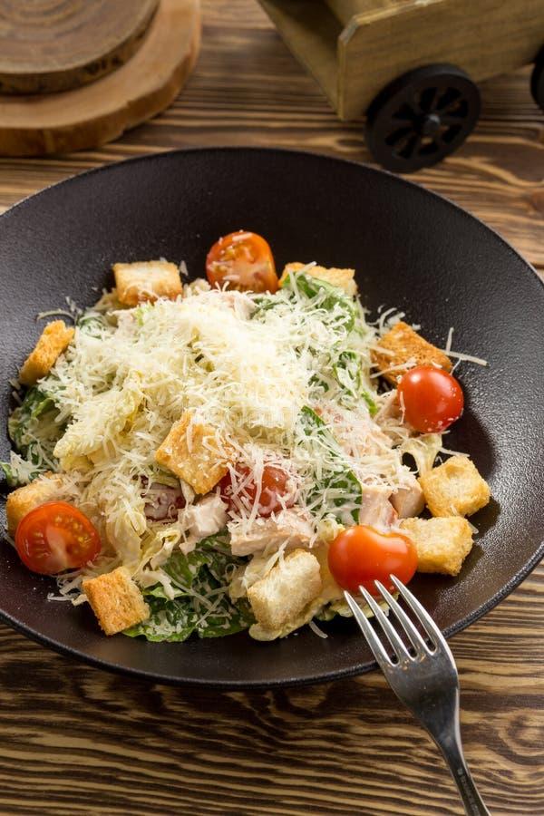Grillat sunt blir r?dd Caesar Salad med parmesanost och krutonger p? tr?tabellen fotografering för bildbyråer