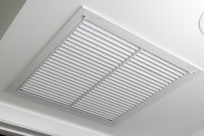 Grille blanche de conduit de filtre à air de plafond photos stock