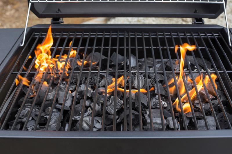 Grille de gril de barbecue BBQ, le feu, charbon de bois photo stock