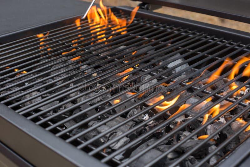 Grille de gril de barbecue BBQ, le feu, charbon de bois photos libres de droits
