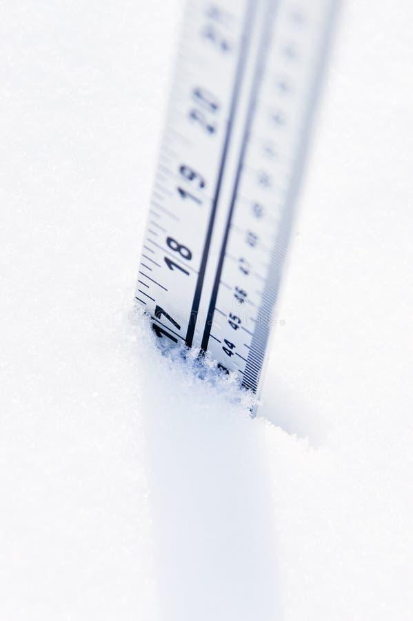 Grille de tabulation dans la neige profonde photo libre de droits