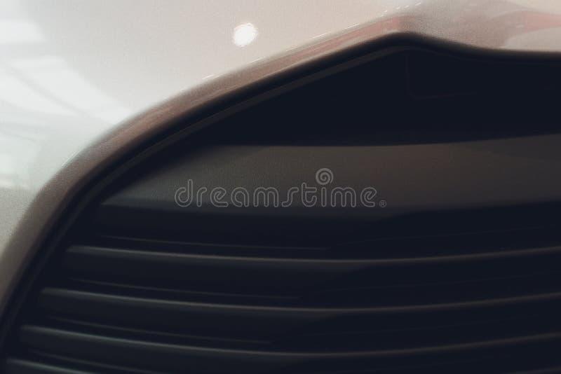 Grille de voiture avec le sunflare Gril de radiateur Fond en gros plan de texture en m?tal Gril de Chrome de grand macro puissant images libres de droits