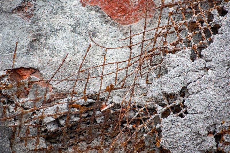Grille rouillée de fil sur le mur photos libres de droits