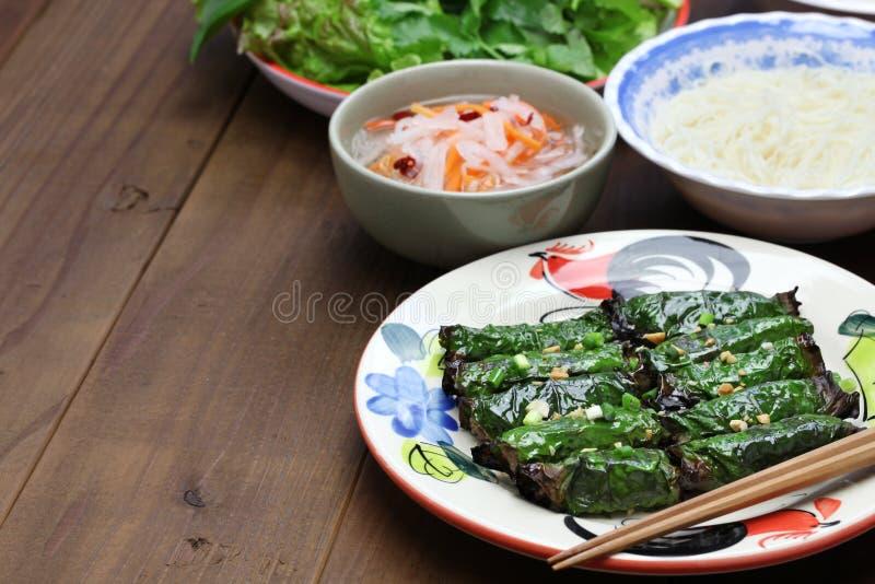 Grilled剁碎了在蒋酱之叶叶子包裹的牛肉,越南烹调 免版税图库摄影