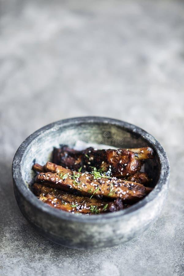 Grilled用了卤汁泡猪排用甜芝麻调味汁 免版税图库摄影