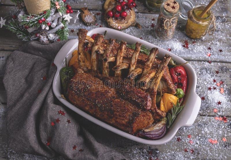 Grilled зажарило в духовке шкаф овечки с овощами Еда Нового Года традиционная стоковые фотографии rf