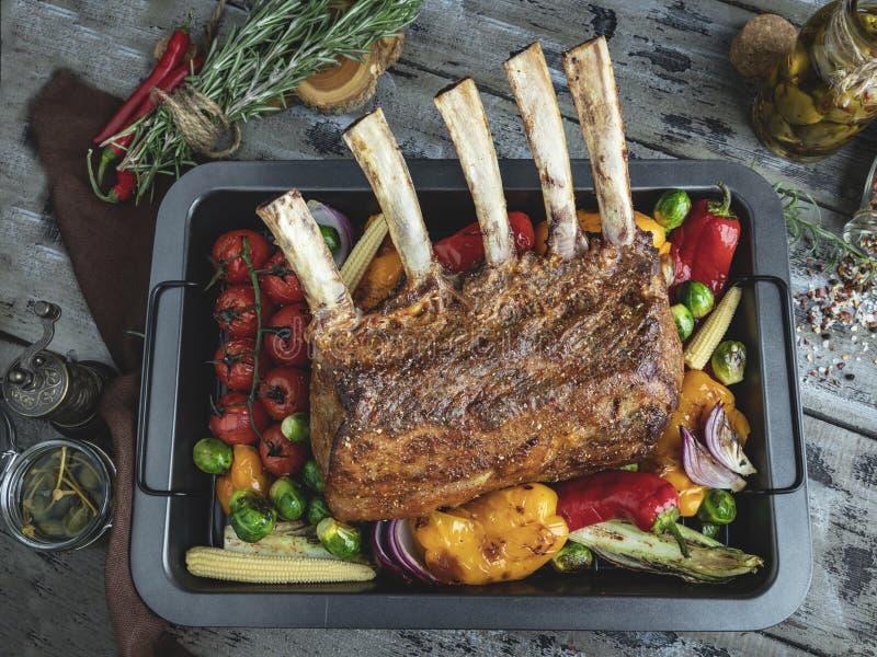 Grilled зажарило в духовке шкаф овечки, телятины с овощами на печь листе стоковое изображение rf