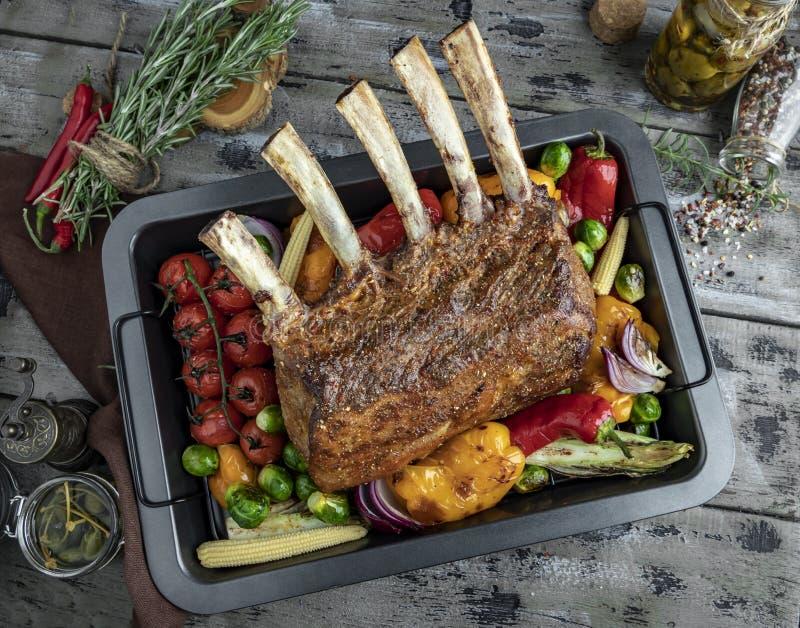Grilled зажарило в духовке шкаф овечки, телятины с овощами на печь листе стоковое фото rf