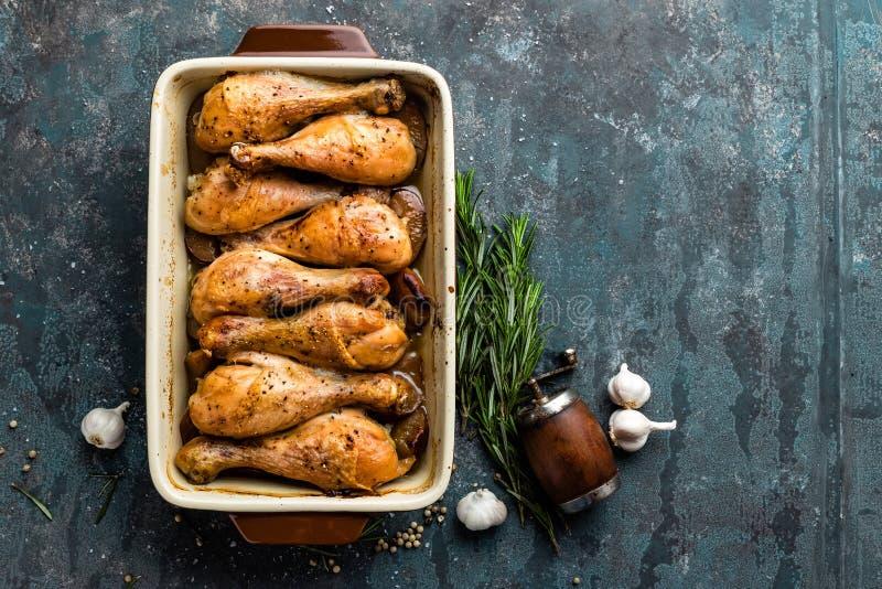 Grilled зажарило ноги жареного цыпленка, drumsticks на темной предпосылке, мясе с ингридиентами для варить стоковое фото rf