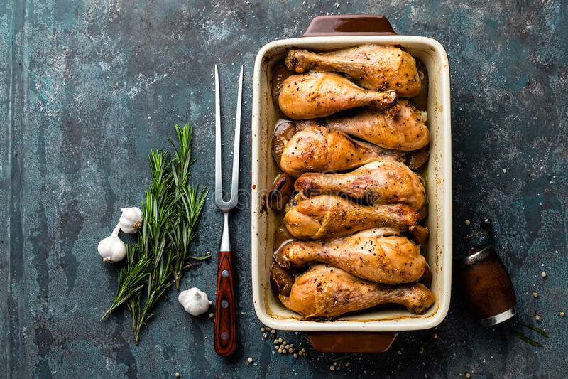 Grilled зажарило ноги жареного цыпленка, drumsticks на темной предпосылке, мясе с ингридиентами для варить стоковая фотография rf