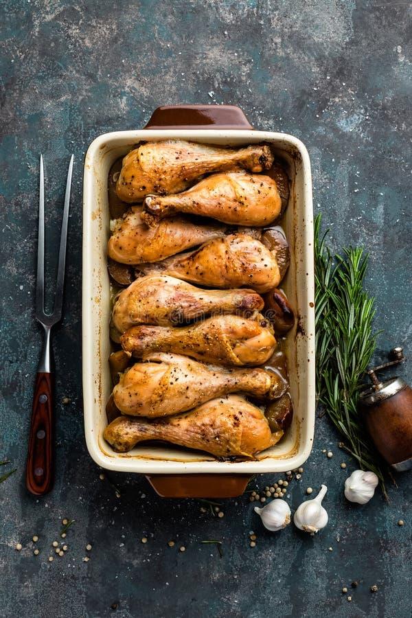 Grilled зажарило ноги жареного цыпленка, drumsticks на темной предпосылке, мясе с ингридиентами для варить стоковые изображения