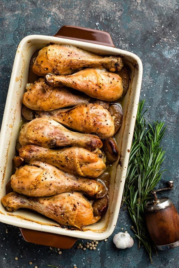Grilled зажарило ноги жареного цыпленка, drumsticks на темной предпосылке, мясе с ингридиентами для варить стоковое изображение
