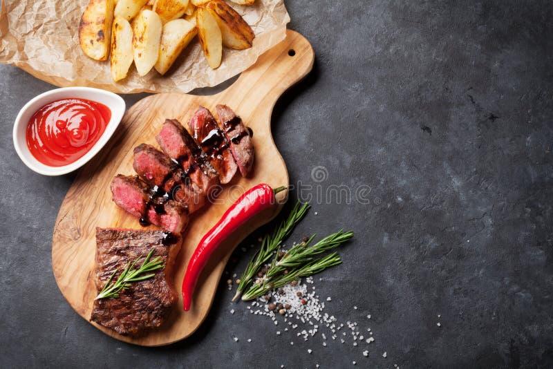 Grilled отрезало стейк говядины стоковые изображения rf