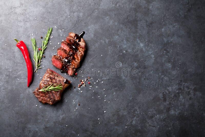 Grilled отрезало стейк говядины стоковые фотографии rf