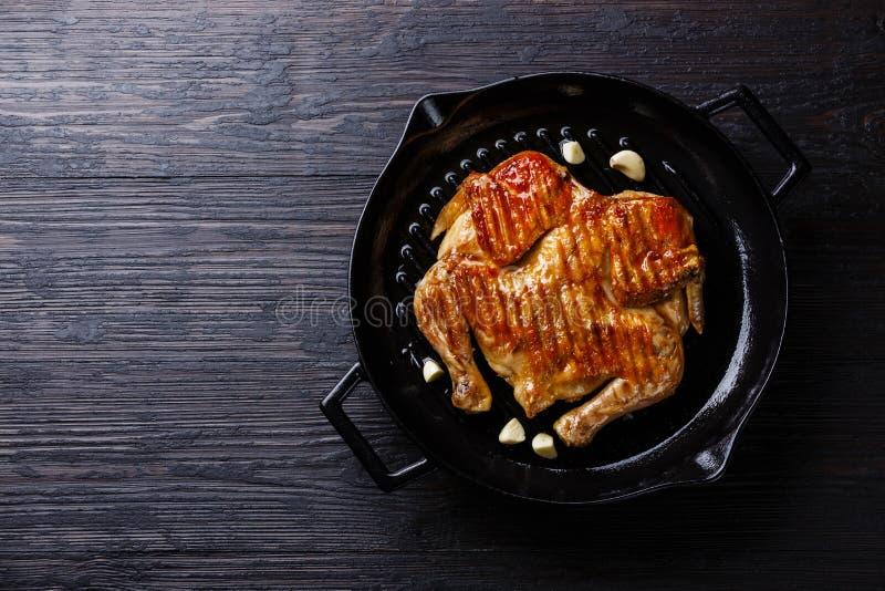 Grilled briet Brathähnchen Tabaka in der Bratpfanne stockbilder