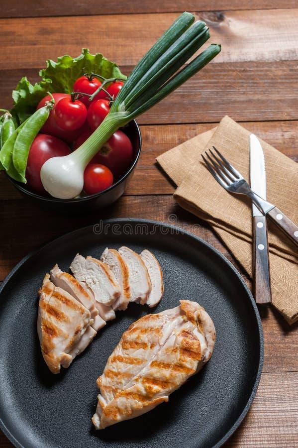 Grilled chiken在煎锅的内圆角 免版税库存照片