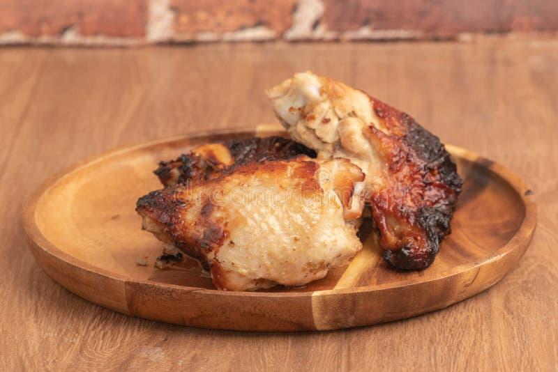 Grilled chiken auf hölzerner Platte stockbild