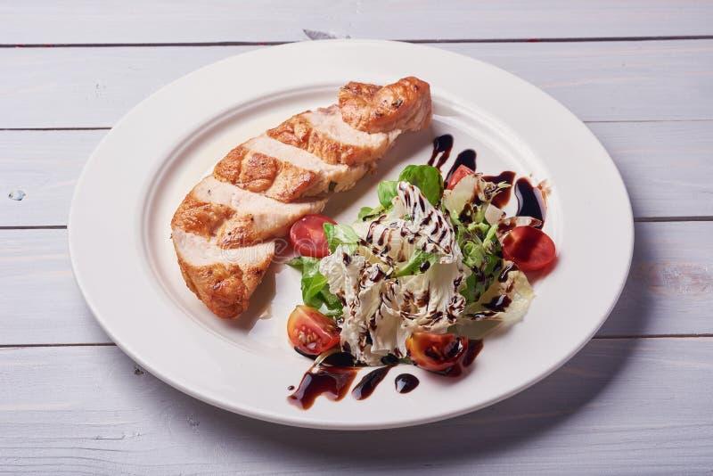 Grilled chiken Leiste Rohes Gemüse, hölzerner Hintergrund stockfotos