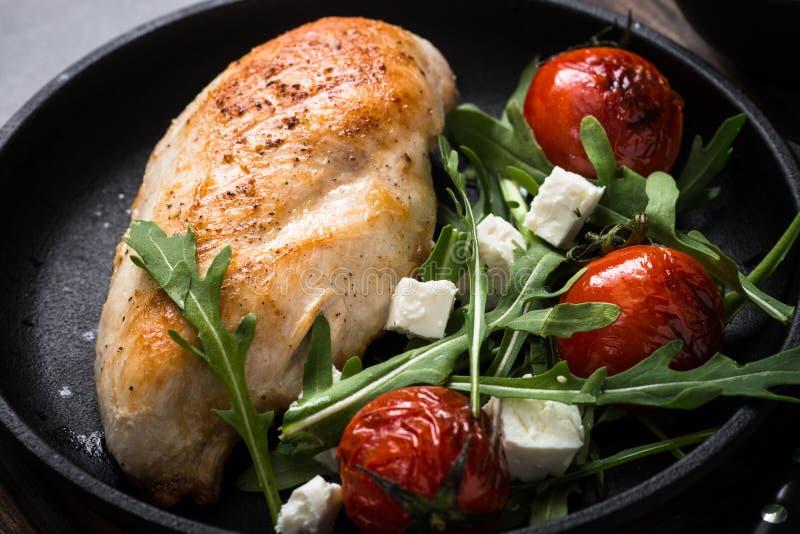 Grilled chiken Leiste und frischen Salat mit stockbilder