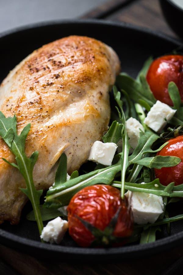 Grilled chiken Leiste und frischen Salat mit stockfoto
