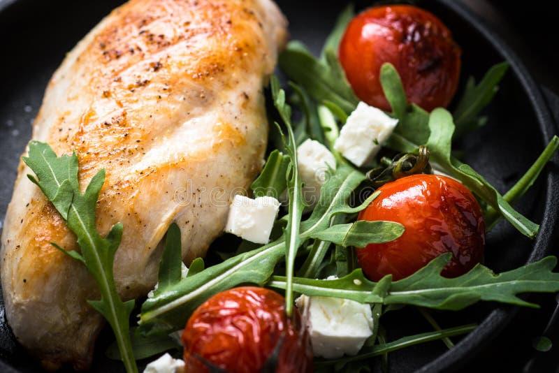 Grilled chiken Leiste und frischen Salat mit stockfotografie
