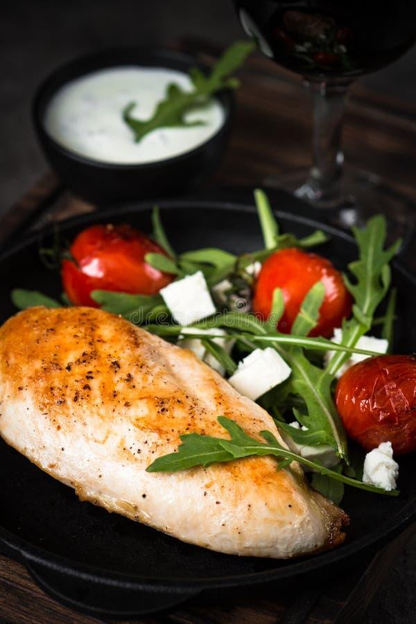 Grilled chiken Leiste und frischen Salat mit stockfotos