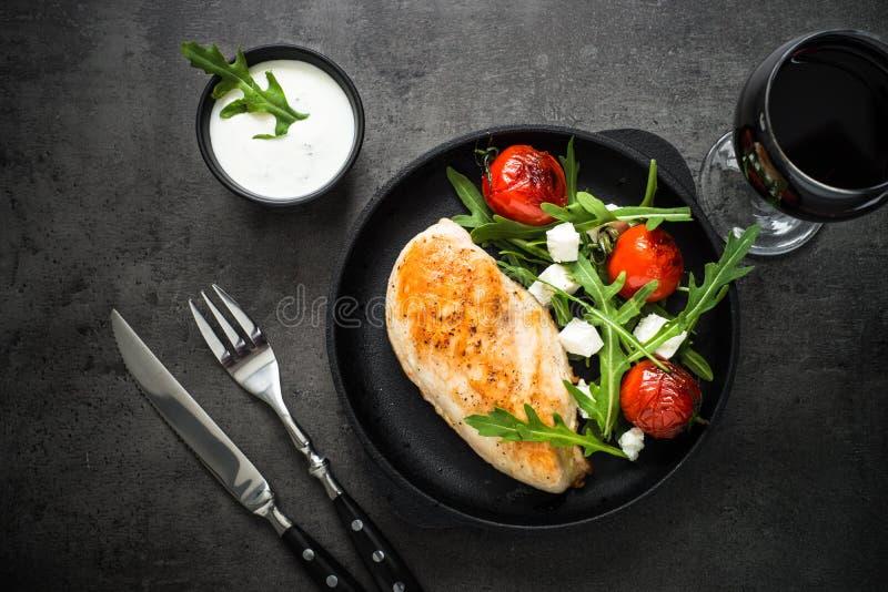 Grilled chiken Leiste und frischen Salat mit weißer Soße stockbilder