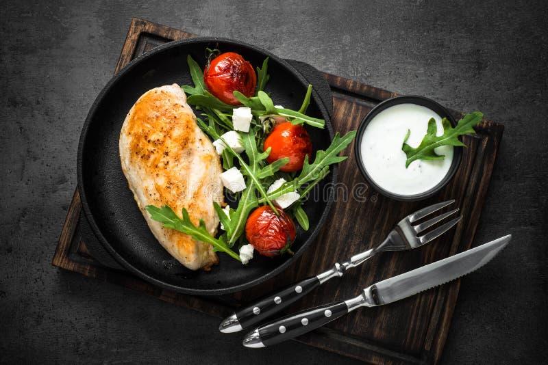Grilled chiken Leiste und frischen Salat mit weißer Soße stockfotos