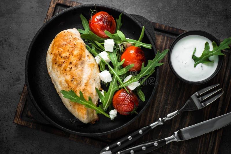 Grilled chiken Leiste und frischen Salat mit weißer Soße stockfotografie