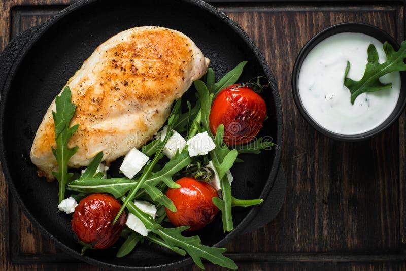 Grilled chiken Leiste und frischen Salat mit weißer Soße lizenzfreie stockfotos