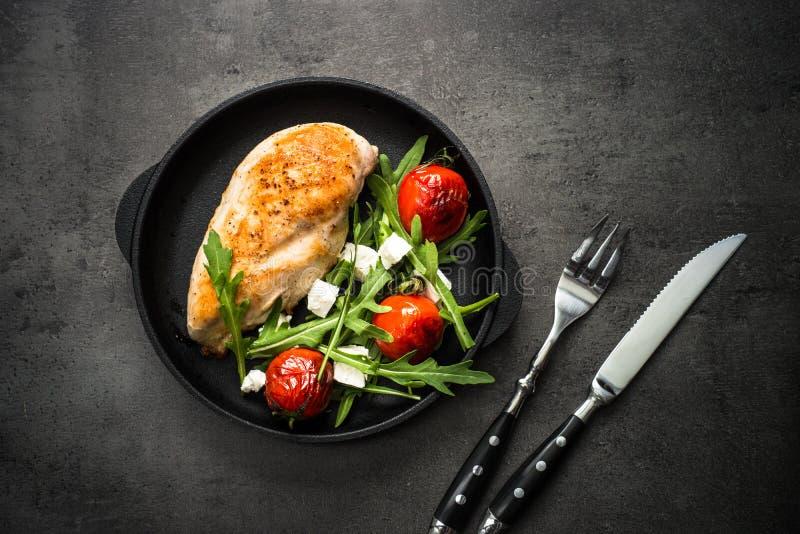 Grilled chiken Leiste und Frischgemüsesalat lizenzfreies stockfoto