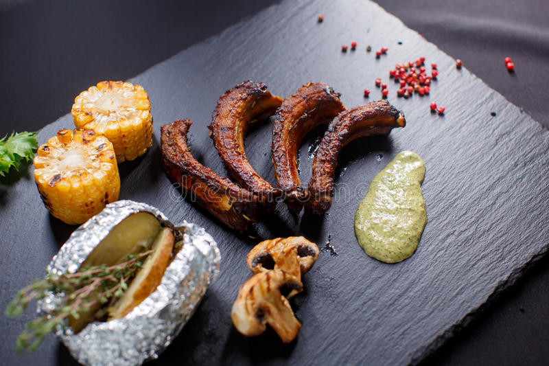 Grilled cortou reforços de carne de porco do assado imagem de stock