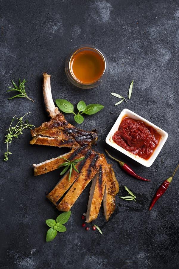 Grilled a coupé en tranches le bifteck de boeuf image libre de droits