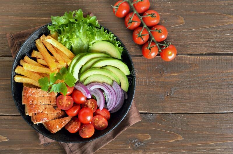 Grilled a découpé le bifteck de porc, les pommes frites et les légumes en tranches frais du plat photographie stock libre de droits