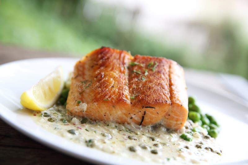 Grilled a fait des saumons cuire au four avec la pomme de terre et les haricots photos libres de droits