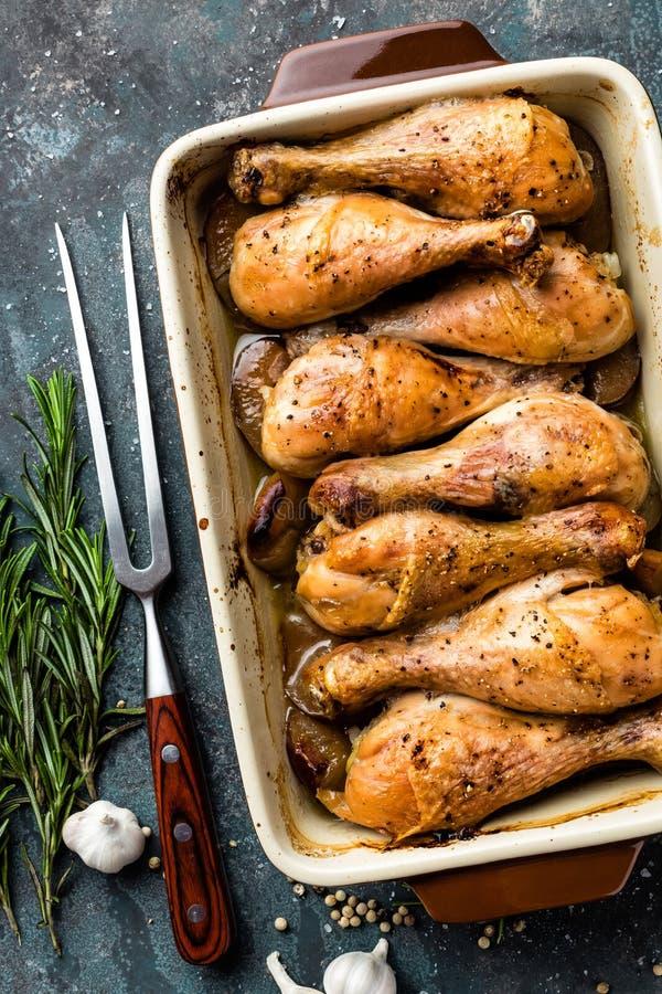 Grilled a fait frire les jambes de poulet rôti, pilon sur le fond foncé, viande avec des ingrédients pour la cuisson images libres de droits