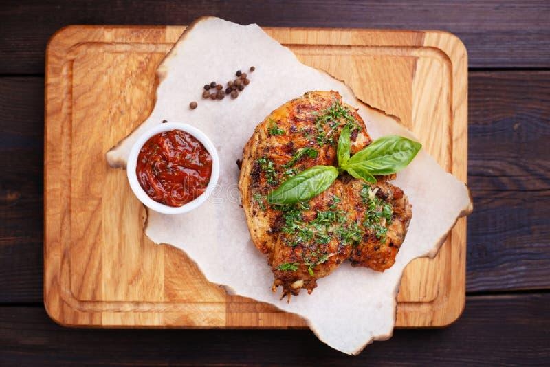 Grilled fritou a galinha Georgian Tabaka com ervas imagem de stock royalty free