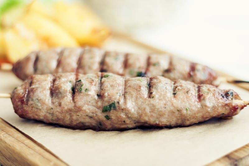 Grilled a haché la viande avec des herbes, déjeuner grec traditionnel dans un restaurant photo libre de droits