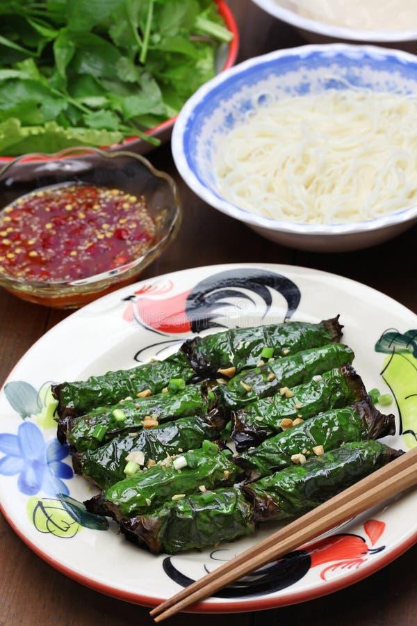Grilled a haché le boeuf enveloppé dans la feuille de bétel, cuisine vietnamienne photos libres de droits