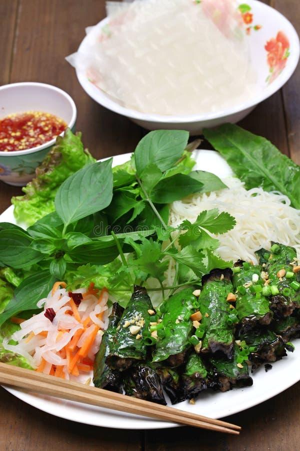Grilled a haché le boeuf enveloppé dans la feuille de bétel, cuisine vietnamienne photographie stock