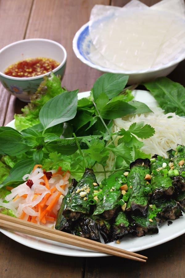 Grilled a haché le boeuf enveloppé dans la feuille de bétel, cuisine vietnamienne image libre de droits