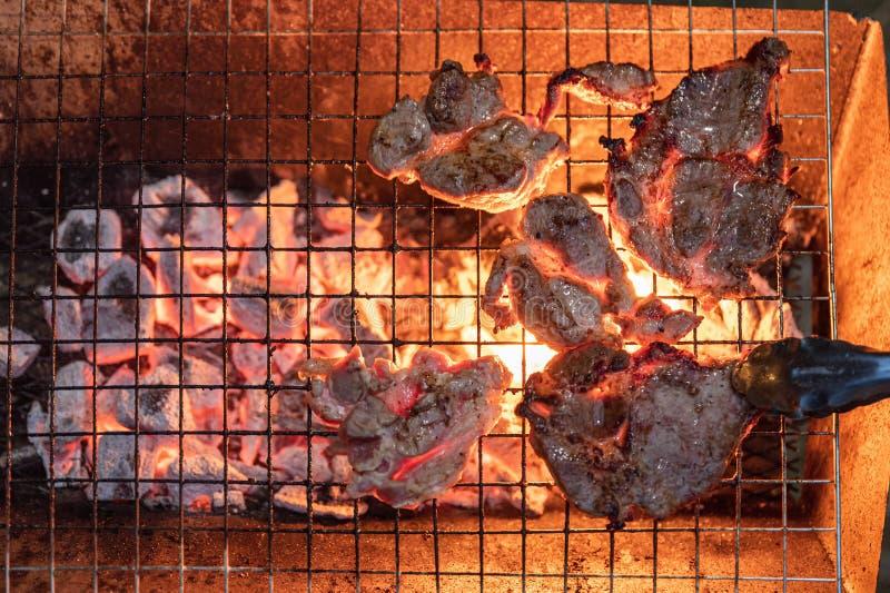 Grilled marinerade griskött på kolgaller i matställe royaltyfri fotografi