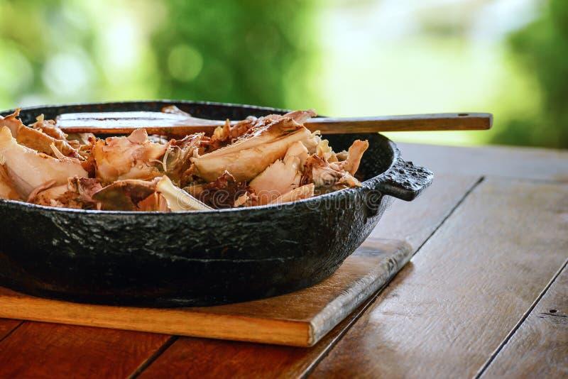 Grilled marinerade höna för grillfestköttkebaben på metallsteknålar På BBQ-galler royaltyfria bilder