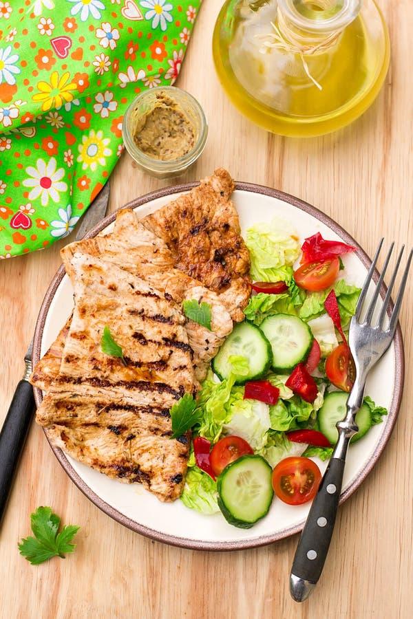 Grilled marinierte Truthahn mit Frischgemüse lizenzfreies stockfoto