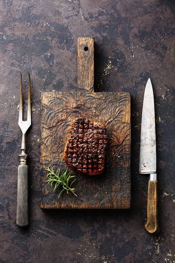Grilled marmorerade köttbiff- och köttgaffel- och kökkniven arkivbild